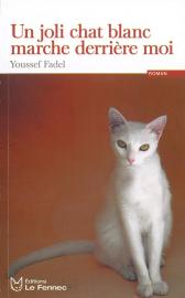 un-joli-chat-blanc-marche-derriere-moi
